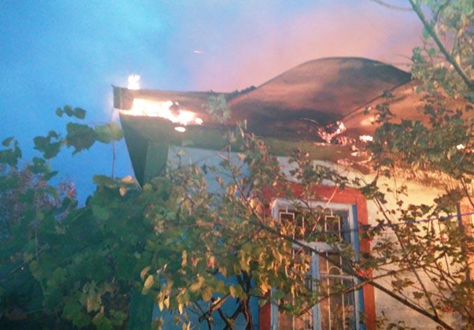 У Радомишльському районі вогнеборці ліквідували пожежу в житловому будинку на трьох господарів