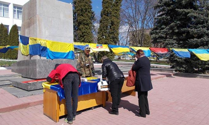 У Радомишлі відбулася Всеукраїнська акція на честь Героїв Майдану та Героїв АТО. + ФОТО
