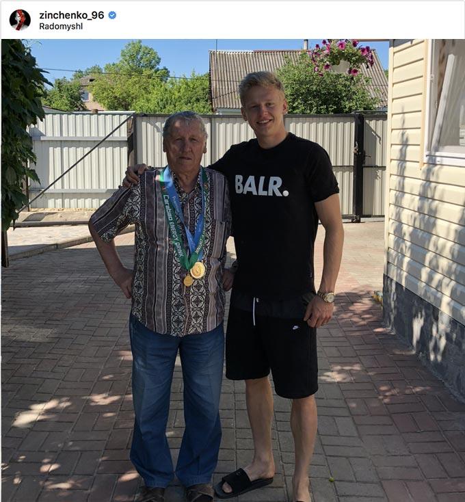 Олександр Зінченко з медаллю англійської Прем'єр-ліги відвідав рідних у Радомишлі. +ФОТО