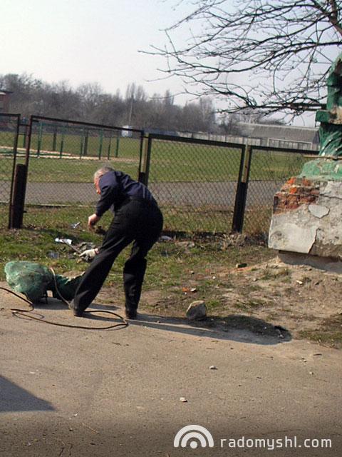 Демонтаж скульптури у міському парку