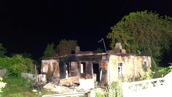 У Радомишльському районі згорів будинок – чоловік з жінкою втікали через вікно