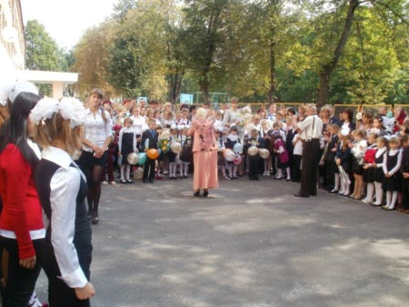 У Радомишльській загальноосвітній санаторній школі-інтернат І-ІІІ ст. відбулося свято «День знань». ФОТО