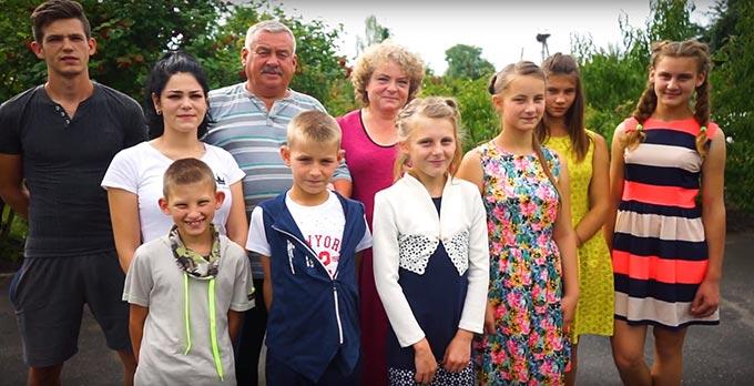 На Радомишльщині родина створила дитячий будинок сімейного типу і має вже 21 дитину і 5 онуків. +ВІДЕО