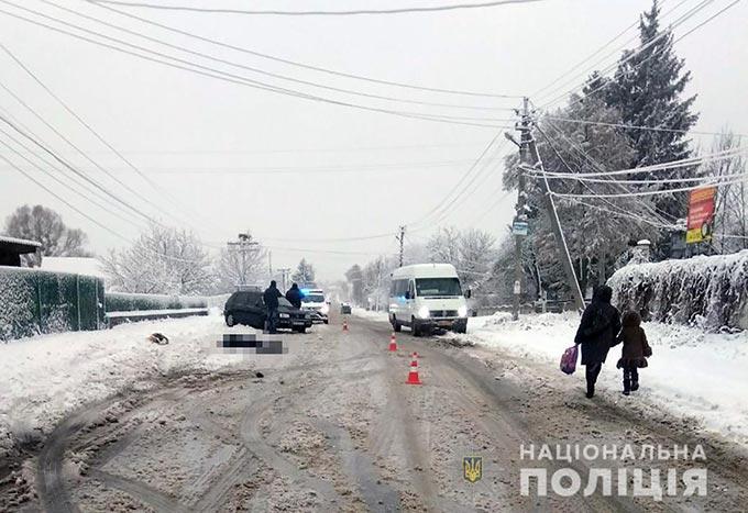 У Радомишлі водій Volkswagen здійснив зіткнення з пішоходом, яка рухалась узбіччям дороги, у результаті ДТП жінка загинула. + ФОТО