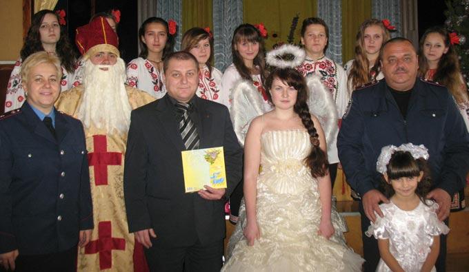 Радомишльські міліціонери привітали дітей Радомишльської загальноосвітньої санаторної школи – інтернат зі святом дня Святого Миколая