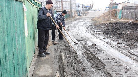 """Жителі вул. Купальна незадоволені роботою """"Водоканалу"""" та планують перекрити дорогу Радомишль - Малин. + ФОТО. ВІДЕО."""