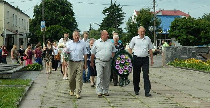 У Радомишлі відбувся мітинг-реквієм до Дня скорботи і вшанування пам'яті жертв війни в Україні. ФОТО