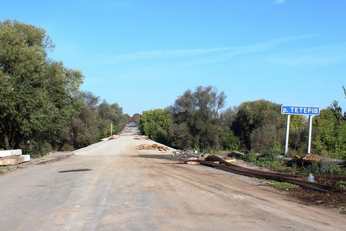 На мосту в місті Радомишль виконано більше половини робіт по заливці монолітної плити. +ФОТО