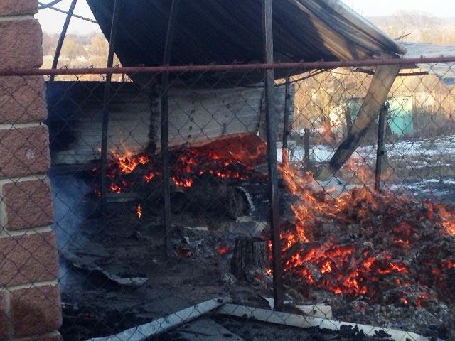 Радомишльські рятувальники ліквідували пожежу двох будівель на території приватного обійстя. + ФОТО
