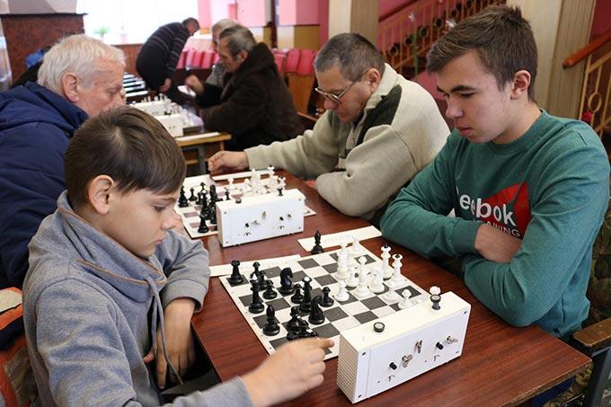 У Радомишлі відбулися турніри із швидкої гри в шахи та шашки пам'яті героїв-земляків, які загинули в АТО. + ФОТО