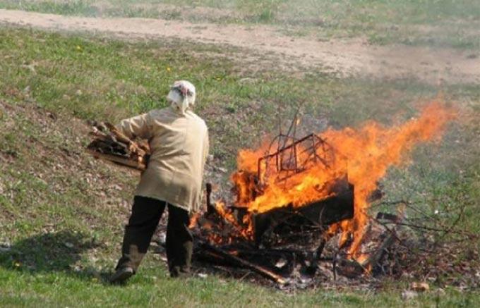 У Радомишльському районі пенсіонерка спалювала сміття на подвір'ї й отримала складні опіки