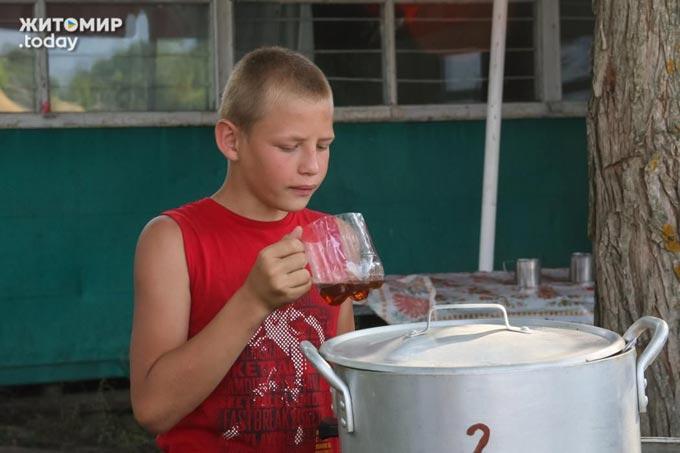 """Дитячий табір """"Школа виживання"""" у селі Облітки - плавають, веслують, прибирають берег і сплять на бджолах. (ФОТО)"""