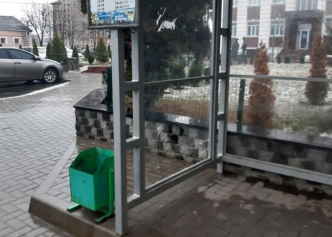 Вандали розбили скло на зупинці у центрі Радомишля