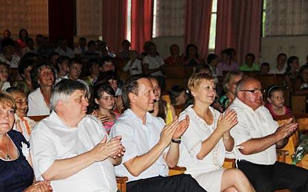 В. Журавський у Радомишльському р-ні привітав випускників і подарував школі сучасні парти