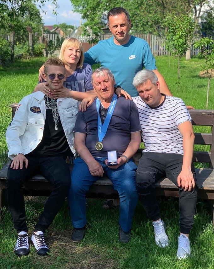 Олександр Зінченко привіз чемпіонську медаль АПЛ дідові в рідний Радомишль