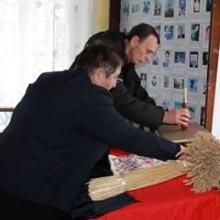 В Радомишльському народному краєзнавчому музеї вшановували пам'ять загиблих під час голодоморів.